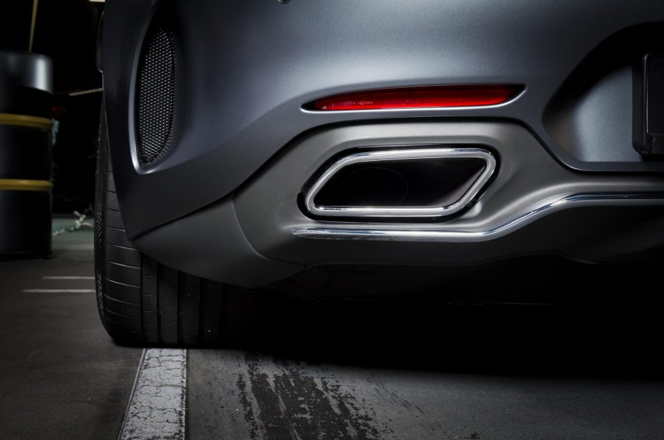 exhaust-pipe-of-a-luxury-car-PRAXRTR